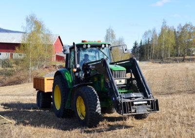 Flytting av masse med traktor.