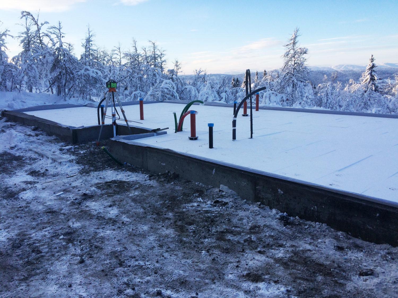 Grunnmur og isolert for plate hyttetomt vinterstid