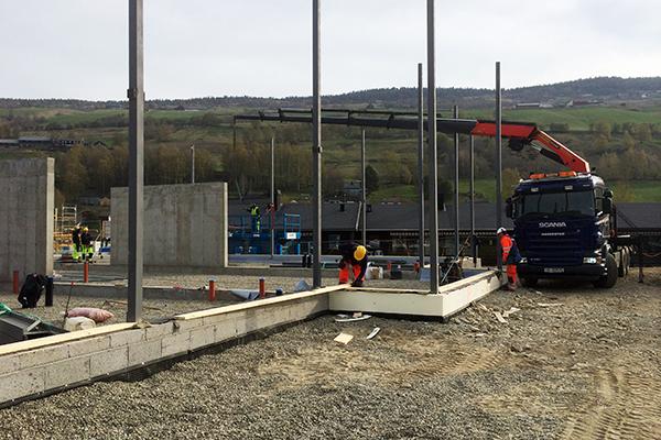 Kraning av stål til bygg ved Haverstad entreprenør.