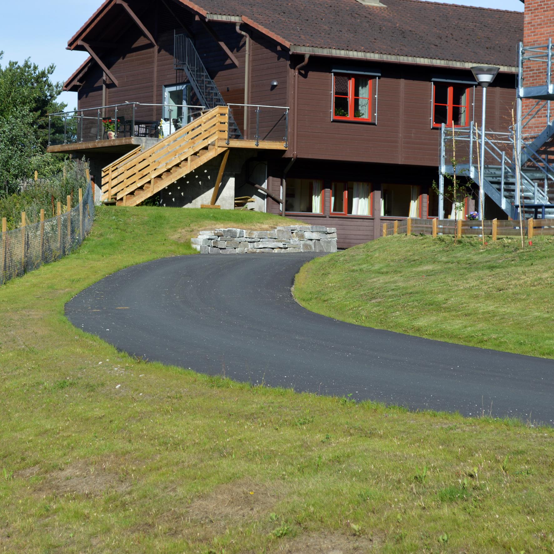 Utomhusarbeid: Asfaltert vei og mur ved Sørheim