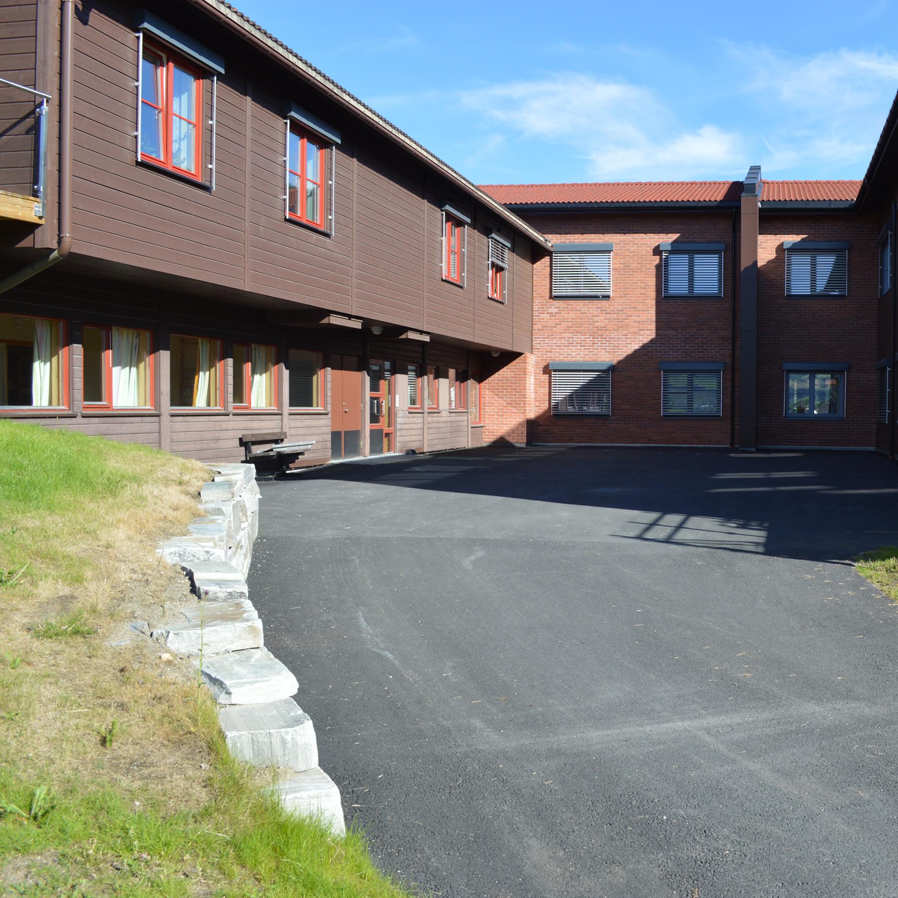 Utomhusarbeid: Parkeringsplass og mur ved Sørheim