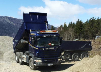 Tippbil. Scania R730 med henger. Massetransport. Avlevering masse. Arbeid med plass og veg.